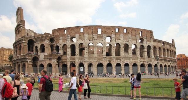 Turisti italiani in vacanza più spendaccioni dei francesi e della media europea, ma meno dei tedeschi. Ecco la classifica con numerose