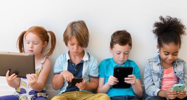 Risultati immagini per bambini smartphone