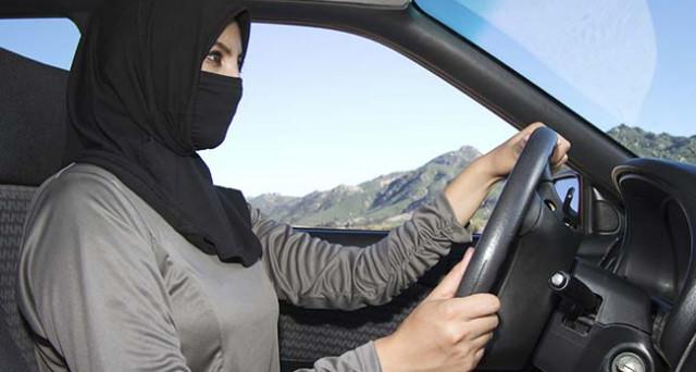 Rivoluzione in Arabia Saudita: le donne potranno guidare e senza permesso dell'uomo. La svolta infrange un tabù e ha alla sua base motivazioni economiche.