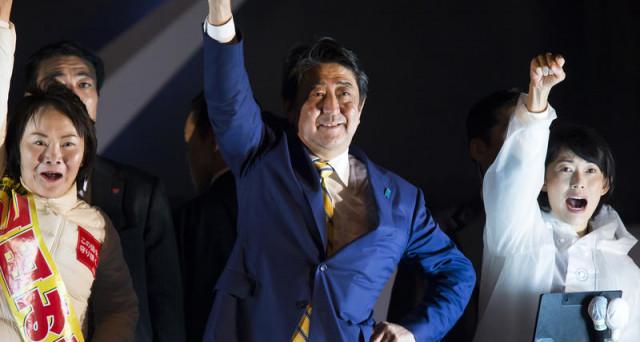Abenomics confermata con le elezioni anticipate in Giappone, stravinte dal premier uscente, che ha asfaltato le opposizioni. Yen ai minimi da luglio e borsa con le ali.