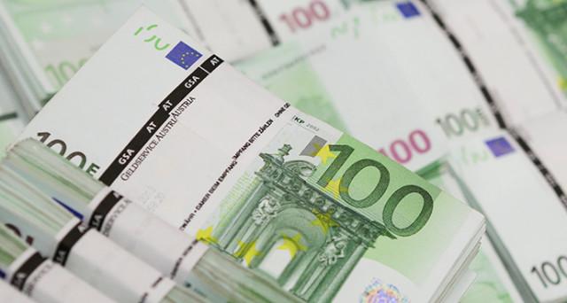 Euro debole, a causa delle tensioni politiche tornate in auge nell'unione monetaria, oltre che per le novità fiscali negli USA.
