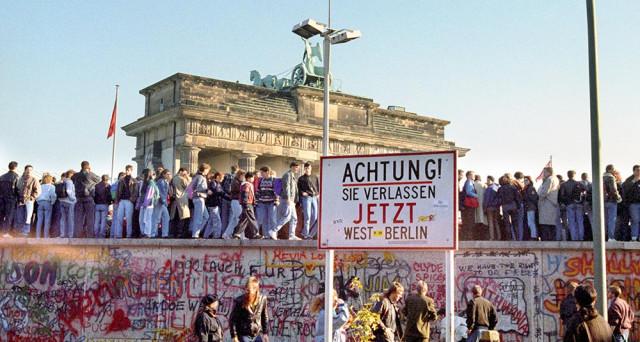 Anniversario della caduta del Muro di Berlino, ma a distanza di quasi 30 anni la Germania resta da riunificare sotto l'aspetto politico.