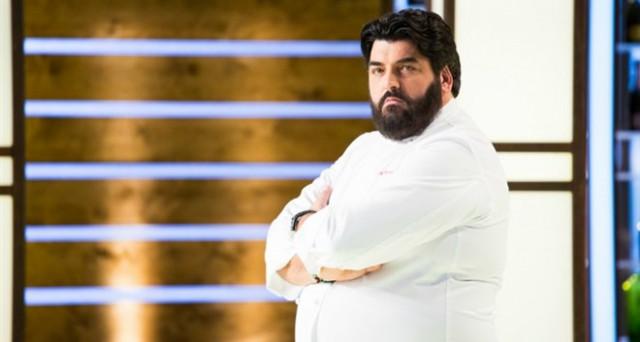 Guai per lo chef Antonino Cannavacciuolo multato per presentare prodotti surgelati come freschi.