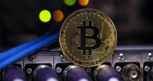 Bitcoin vola e oro arranca