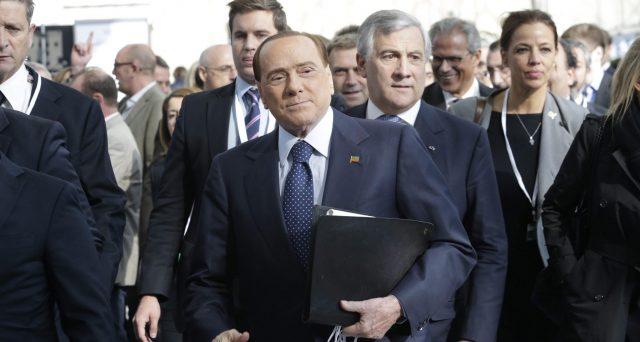 Silvio Berlusconi punta sull'Europa per prevalere alle elezioni politiche del 4 marzo. Oggi, vola a Bruxelles per ricevere la