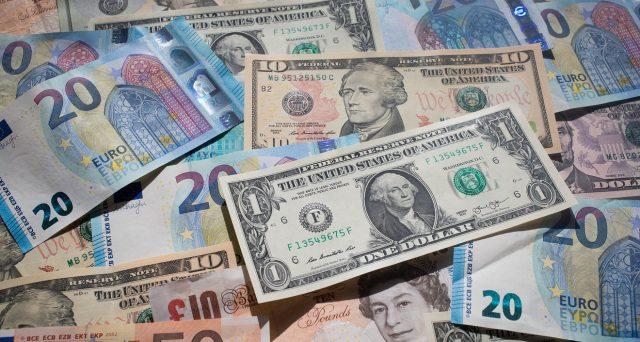 Mercati finanziari in subbuglio per le vendite generalizzate di bond e azioni. Tutto scaturisce dal dollaro debole, ma è un altro il dato a cui guardare.