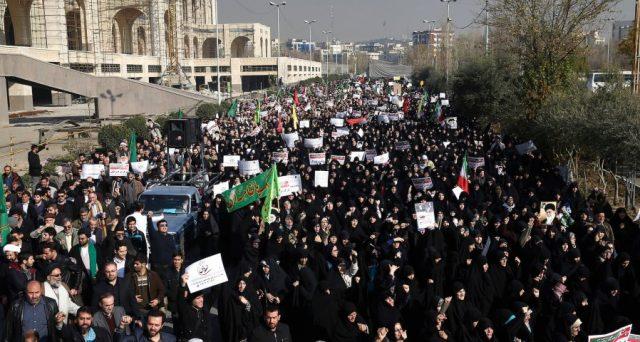 L'Iran ha stroncato nel sangue le proteste di piazza, ma Arabia Saudita e USA sarebbero pronte a usare le loro armi per abbattere il regime degli ayatollah per via economica.