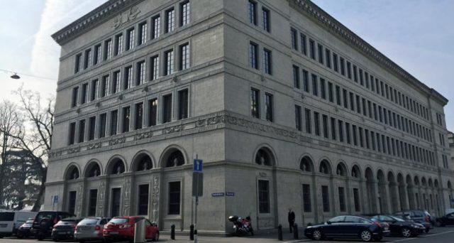 Franco svizzero in calo del 9% nel 2017 contro l'euro e la banca centrale di Zurigo sfrutta l'indebolimento, registrando utili record e senza sganciare granché in favore dei suoi azionisti.