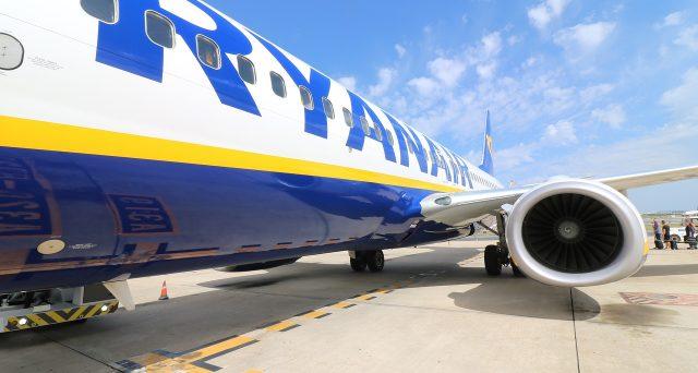 Utili in calo per Ryanair a causa del caro carburante e degli scioperi, e dal 1 novembre cambiano le regole del bagaglio a mano.