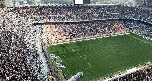 Gli abbonamenti alle pay tv per seguire le partite di Serie A potrebbero diventare più salati. E il prossimo campionato rischia di partire oscurato.