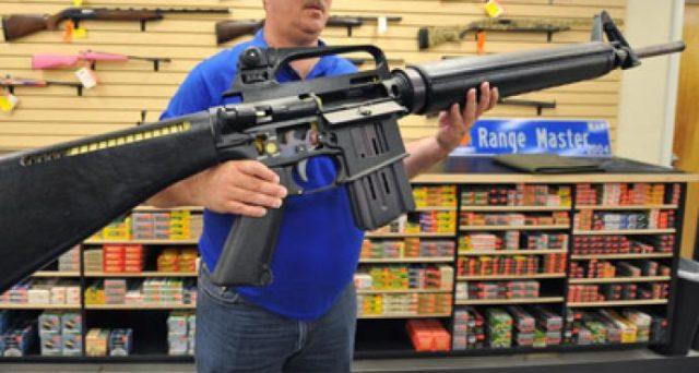 America divisa sulla vendita facile delle armi. Il presidente Trump invoca restrizioni e ai suoi suggerisce di non avere paura della lobby. Restrizioni forse in arrivo, ma il dibattito è più complesso di quel che appare.