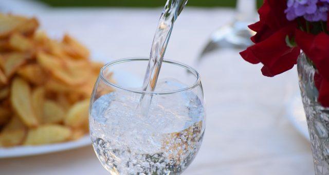 L'acqua in bottiglia ha creato un vero e proprio giro d'affari pari 2,8 miliardi di euro secondo il rapporto di Legambiente e Altraeconomia.