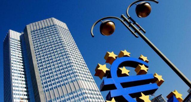 La BCE mette in guardia i paesi molto indebitati come l'Italia dall'allentare gli sforzi sul risanamento dei conti pubblici e cita il rischio derivanti dal rialzo dei tassi.