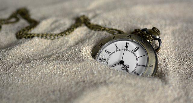 Da un mese a questa parte, gli orologi che funzionano tramite la rete elettrica hanno subito un rallentamento progressivo di 6 minuti. Che cosa sta succedendo?