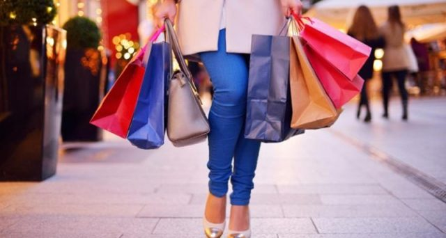 Anno dopo anno cresce la spesa degli italiani per i regali, cibo e tempo libero durante le feste, a metterci lo zampino anche l'exploit degli e-commerce.