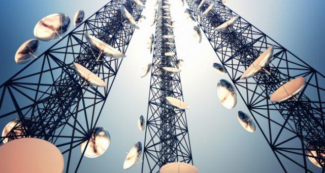L'affare Telecom scotta sempre più. Dietro alla scalata degli americani del fondo Elliott si celerebbe una strategia di Roma per cacciare i francesi dall'Italia. E lo stesso Silvio Berlusconi gradisce.
