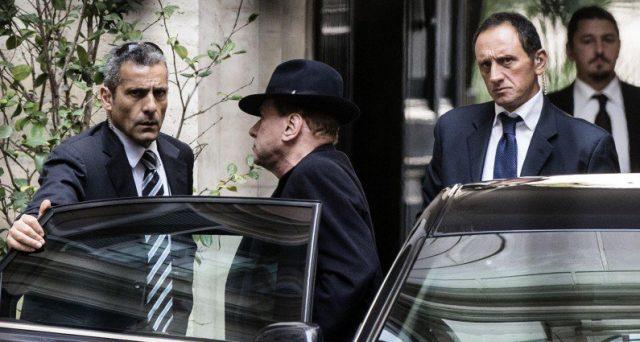 Silvio Berlusconi punta a resistere alla sua morte politica, sperando di entrare nel governo con Lega e Movimento 5 Stelle. E da oggi al via alle consultazioni.