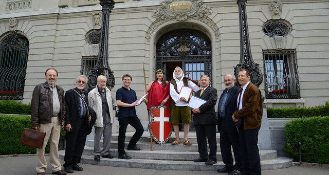 Franco svizzero ai minimi da 39 mesi contro l'euro. Diverse le possibili spiegazioni dell'indebolimento del cambio, tra cui anche una proposta referendaria esplosiva sulle banche svizzere.