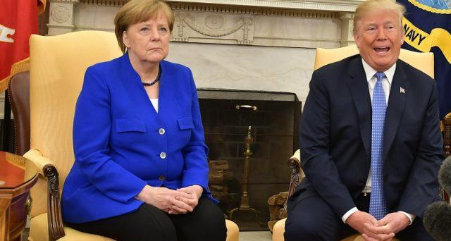 Il presidente Donald Trump benedice la Francia di Emmanuel Macron e indebolisce la Germania di Angela Merkel, ma così finisce per avallare le riforme favorevoli all'euro.