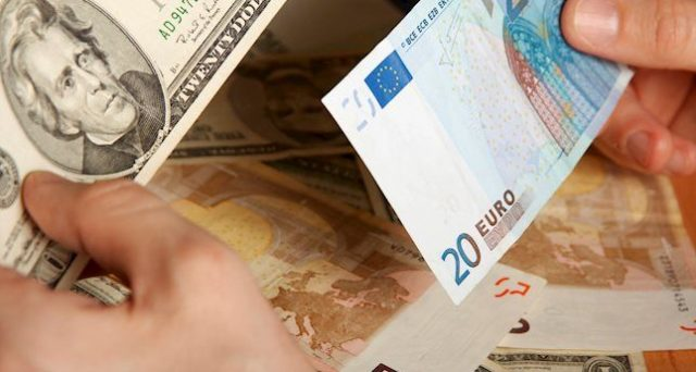 Cambio euro-dollaro ai minimi da gennaio