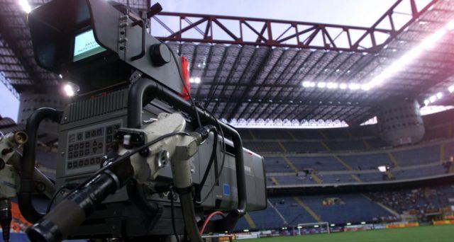 La Coppa Italia è andata alla Rai, ma alla Serie A manca il piatto forte dei diritti TV per il campionato. In ballo oltre un miliardo di euro, senza cui i club avranno difficoltà a chiudere il bilancio a giugno.