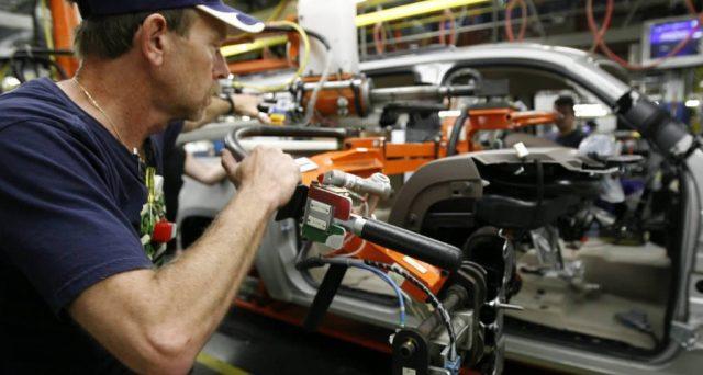 Disoccupazione ai minimi dal 2000 negli USA, scesa sotto il 4%. Ma i salari non accelerano la crescita, per la Fed nessun segnale