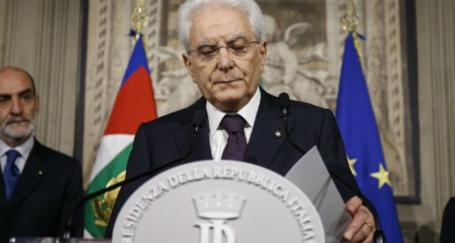 Il premier incaricato Carlo Cottarelli starebbe rinunciando e il presidente Sergio Mattarella sarebbe in contatto nuovamente con Lega e 5 Stelle per formare il nuovo governo. Un caos istituzionale figlio di molti errori del Quirinale.