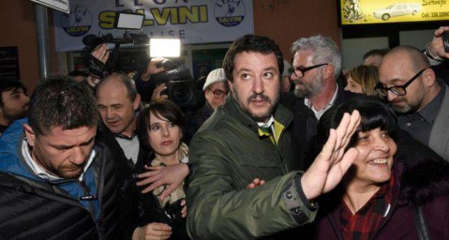 Con Silvio Berlusconi tornato candidabile, Matteo Salvini è più forte al tavolo delle trattative con i 5 Stelle di Luigi Di Maio. Dovrebbe trovare il coraggio di contrastare una misura folle come il reddito di cittadinanza.