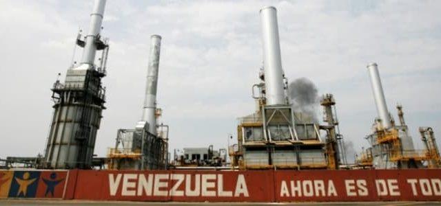 Il petrolio a 75 dollari non porta alcun beneficio al Venezuela, dove l'economia continua a scavare il fondo e si torna al baratto.