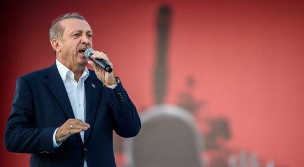 Lira turca in rialzo dopo il nuovo aumento dei tassi deciso dalla banca centrale di Ankara. E il presidente Erdogan difende l'economia dagli attacchi degli avversari.