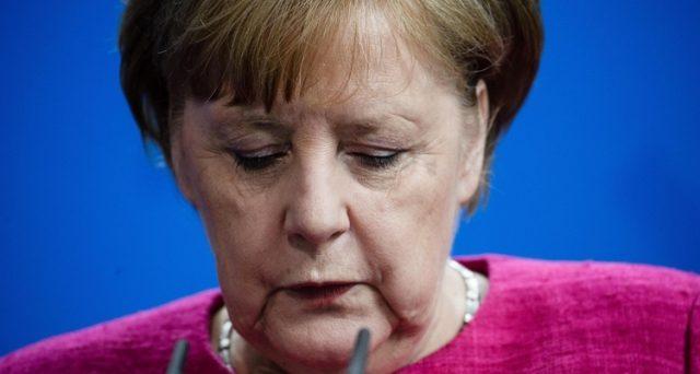 La cancelliera Angela Merkel è ogni giorno più sotto pressione in Germania e il flop del vertice europeo sui migranti ne avvicina la fine politica. Il resto lo sta facendo il presidente americano Donald Trump sui dazi.