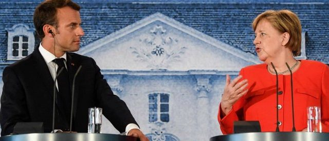 Merkel e Macron trovano un accordo minimo sull'euro