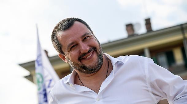 Il vice-premier e ministro dell'Interno, Matteo Salvini, domina la scena politica italiana e diventa l'unico leader politico. Contro di lui  non esiste oggi alternativa spendibile.