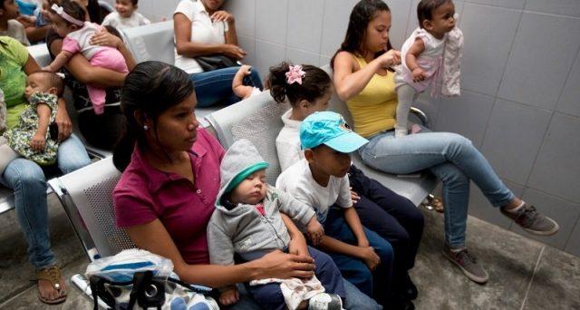 Il collasso del Venezuela è compiuto: petrolio fermo ai porti e consegne ai clienti sospese. In fuga centinaia di migliaia di abitanti per fame, mentre il mondo guarda attonito e impotente.