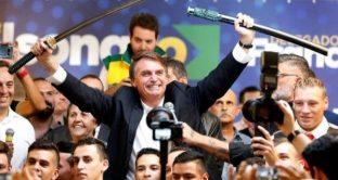 Il Brasile ha il suo Donald Trump e potrebbe vincere le elezioni presidenziali di ottobre, mentre la prima economia del Sud America torna ad arrancare e nel paese esplode la violenza.