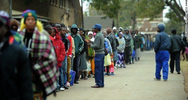 Lo Zimbabwe elegge oggi il presidente, il primo con voto democratico dopo la lunga era Mugabe. Nello stato africano manca persino la moneta a disposizione per fare acquisti e l'assenza di lavoro è drammatica.