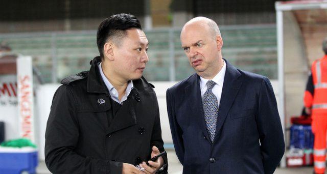 Il Milan è ora nelle mani del fondo creditore Elliott, che potrà rivendere sin da subito il club rossonero o attendere alcuni mesi. Ma il cinese Yonghong Li non molla ancora.