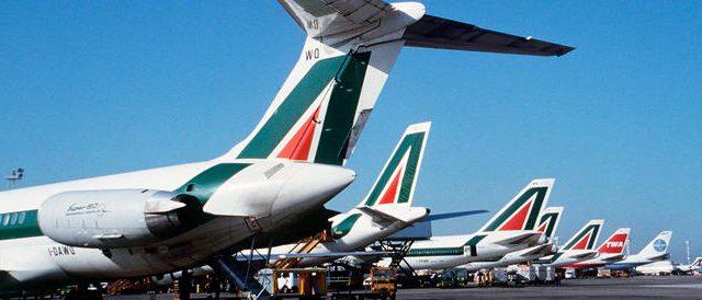 Ferrovie dello stato e Alitalia unite in matrimonio? Questa l'ipotesi del governo, che non convince affatto e rischia, anzi, di trasferire i costi del salvataggio su pendolari e contribuenti.