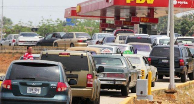 Nel Venezuela la benzina è praticamente gratis e, però, non si trova. Il governo sta per portare i prezzi alla pompa