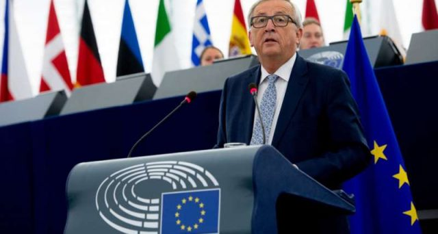 Il presidente della Commissione UE, Jean-Claude Juncker, ha attaccato il dollaro con un discorso-bomba all'Europarlamento. La minaccia varrebbe sui 1.400 miliardi all'anno per l'America.