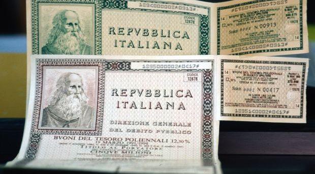 Che il debito pubblico sia quasi tutto in mano agli italiani non deve farci sorridere, perché senza saperlo stiamo deprimendo la nostra economia.