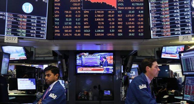 Il crollo di Wall Street mercoledì segnala potenziali rischi per l'economia americana e nella battaglia tra Casa Bianca e Federal Reserve, la prima ha adesso qualche freccia in più dalla sua.