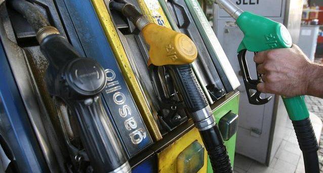 Possibili rincari per benzina e diesel dopo gli incendi negli impianti petroliferi, si rischia l'effetto valanga prezzi.