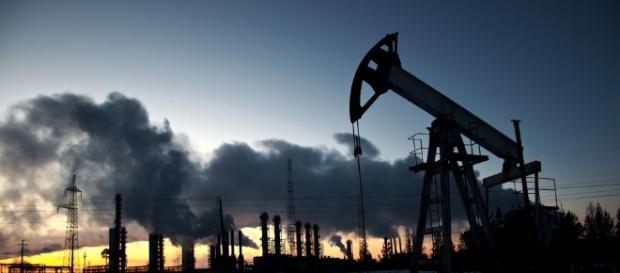 Il petrolio scende ai minimi da metà agosto