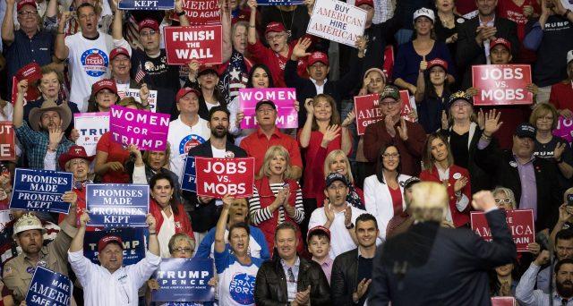 Si avvicinano le elezioni di metà mandato in America e il presidente Trump cerca la vittoria, nonostante i sondaggi, in una fase apparentemente per lui molto positiva.