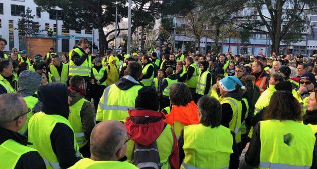 La Francia dei gilet gialli ribolle contro le riforme economiche del presidente Macron e minaccia la sopravvivenza dell'euro più di non quanto non faccia il governo giallo-verde italiano.