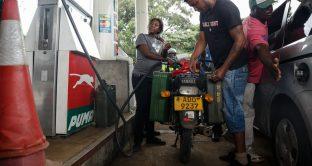 Benzina sopra i 3 dollari al litro