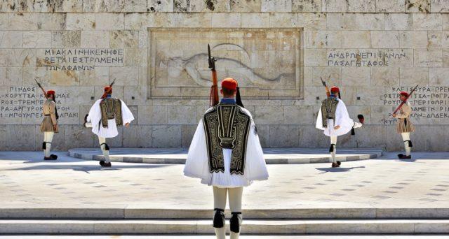 La Grecia vanta un grosso avanzo primario, eppure non vale nulla con l'economia strangolata dalle alte tasse e con una spesa per interessi che si annuncia in forte crescita nei prossimi anni.