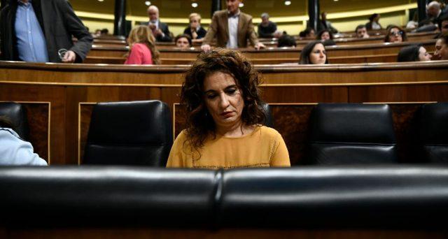 La Spagna torna in crisi politica per la seconda volta in 8 mesi e dalla fine del 2015 non ha più alcuna stabilità, mentre i mercati finanziari finora hanno ignorato l'impasse a Madrid.