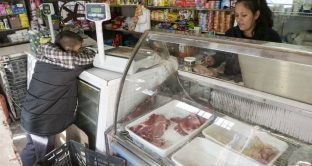 Crisi Argentina senza fine: prezzi congelati per frenare l'inflazione, gli aiuti dell'FMI non bastano